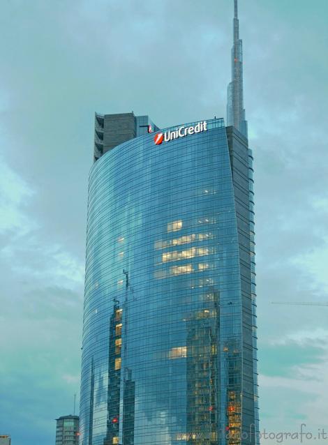 Il cielo riflesso sulla torre Unicredit