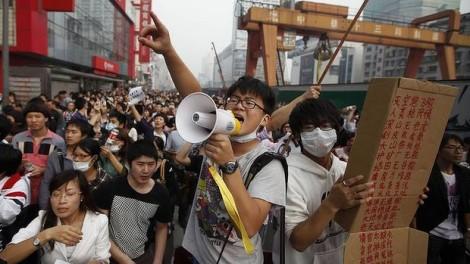 Nell'ottobre del 2012, gli studenti e le persone della classe media si sono unite ai poveri contadini per protestare contro la costruzione di un complesso  petrolchimico di 8,8 miliardi a Ningbo, una città di 3,4 milioni di persone a sud di Shangai. In un paese dove l'inquinamento ambientale ha raggiunto quasi livelli senza precedenti, queste proteste sono state scatenate dalla paura che l'impianto, che deve essere costruito dalla compagnia statale petrolchimica per l'energia Sinopec con l'appoggio governativo, produrrebbe paraxilene, una sostanza tossica usata nella plastica, nelle vernici e nei solventi detergenti.