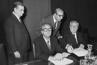 Giovanni Malagodi (PLI) e (seduto) Ugo La Malfa