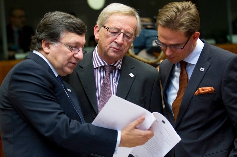 European Commission president José Manuel Barroso speaks with Prime Ministers Jean-Claude Juncker of Luxembourg and Jyrki Katainen